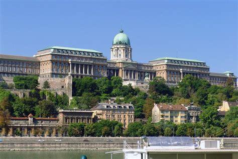 Zwiedzając budapeszt warto zobaczyć uznawany za symbol węgier budynek parlamentu. Budapeszt - Wzgórze Zamkowe - zdjęcia