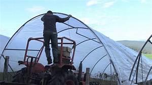 Bache De Serre Avec Ourlet : la pose des baches sur les serres tunnels youtube ~ Voncanada.com Idées de Décoration