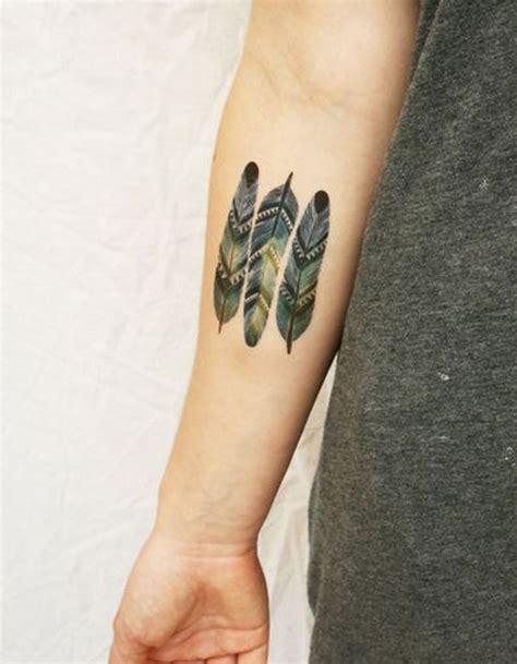 tatouage plume couleur tatouage plume la legerete dans