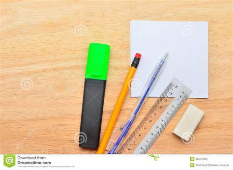 post it vide avec le stylo le crayon la r 232 gle le march 233 de point culminant et la gomme sur la