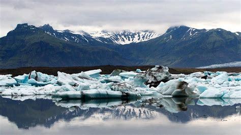 icebergs azules en joekulsarlon el mayor  mas conocido