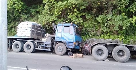 truk bawa pupuk subsidi masuk drainase  parapat berita ter update hari