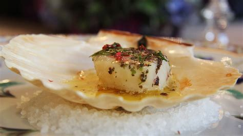 la recette du jeudi noix de jacques cuite dans sa coquille au beurre d algues le
