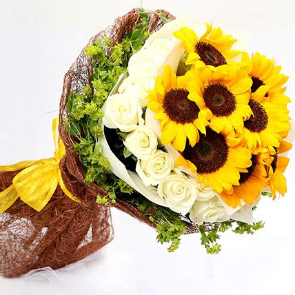 Online Charming Roses and Sunflower Bouquet Gift Delivery