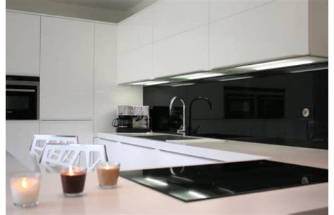 cuisine a a z modèle québec en laque blanche brillante cuisines design