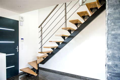 cuisine chene moderne escalier en acier et rambarde inox