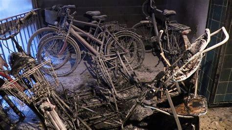 brennende kinderwagen versperren fluchtweg feuerwehr rettet 32 menschen aus 7 gesch