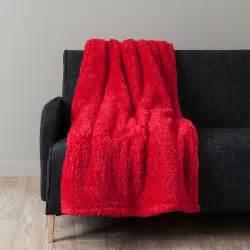 Fausse Fourrure Rouge : plaid en fausse fourrure rouge 150 x 200 cm calin maisons du monde ~ Teatrodelosmanantiales.com Idées de Décoration