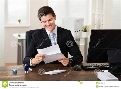 bureau homme d affaire bureau de reading paper in d 39 homme d 39 affaires photo stock