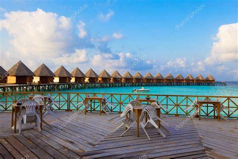 haus malediven kaufen leere terrasse restaurant und land haus auf dem wasser am ozean malediven stockfoto