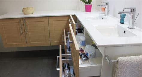 bureau blanc avec tiroir une salle de bain sur mesure sous pente atlantic bain