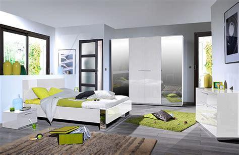 chambre a coucher blanc laque brillant environnement droite du lit avec led blanc brillant