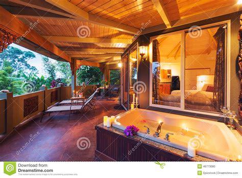plattform am haus romantische plattform auf tropischem haus mit badewanne und kerzen stockfoto bild luxuri 246 s