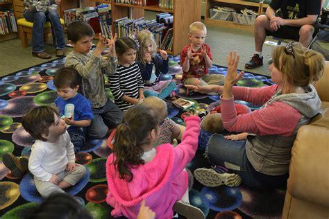 jber library hosts preschool american sign language class 786 | 160606 F HC995 043