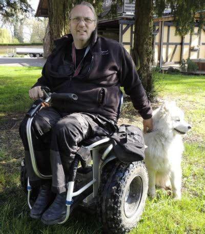 fauteuil roulant tout terrain soci 233 t 233 un fauteuil roulant tout terrain