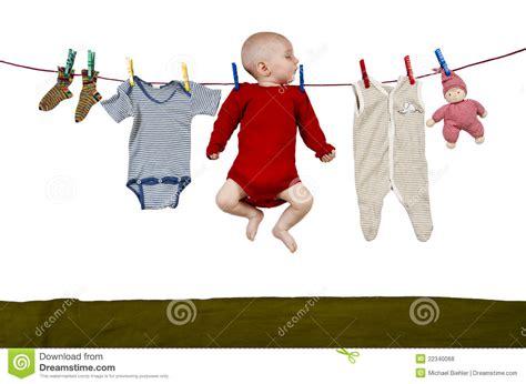 enfant en bas 226 ge 224 la corde 224 linge photos libres de droits image 22340068
