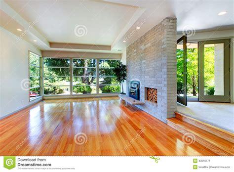 mur en verre interieur int 233 rieur vide de maison salon avec le mur de verre et le mur de briques image stock image du