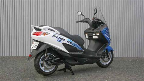 スズキ、型式認定燃料電池二輪車「バーグマン フューエルセル」が公道走行を開始