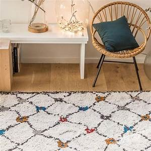 tapis berbere moderne beige kaboshon par edito With tapis berbere avec canapé en feutre