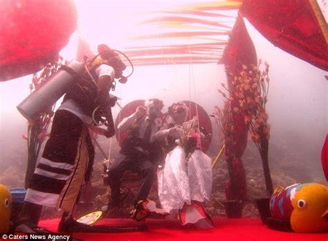 scuba loving couple marry ft underwater