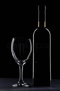 Weinglas Auf Flasche : weinglas und flasche auf schwarzem stockfoto colourbox ~ Watch28wear.com Haus und Dekorationen