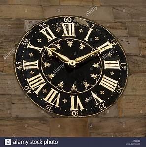 Römische Zahlen Uhr : gro e uhr mit zifferblatt schwarz und gold r mische ziffern auf der mauer der stadt geb ude in ~ Orissabook.com Haus und Dekorationen