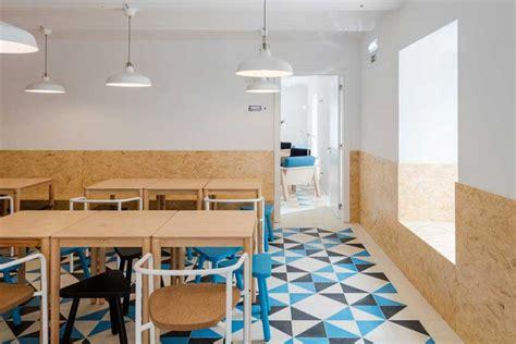 table cuisine avec chaises le panneau osb et utilisation en déco intérieure