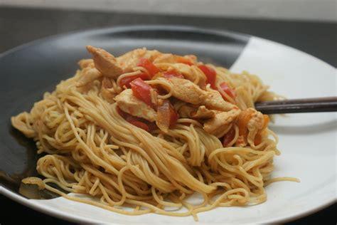 cuisine wok poulet nouilles sautées poivrons poulet fourchett es
