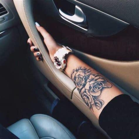 tatouage interieur bras femme tatouage de femme tatouage roses noir et gris sur bras tatouages femme et gris