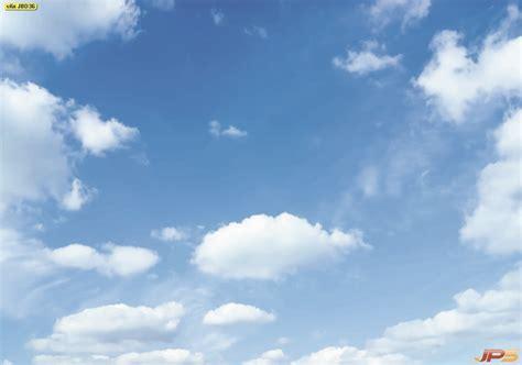 ภาพปุยเมฆสีขาวบนท้องฟ้าสีฟ้าครามช่วงเวลากลางวัน