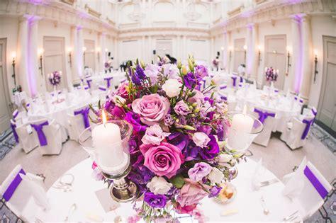 blumen hochzeit heiraten tischschmuck tischdeko lila