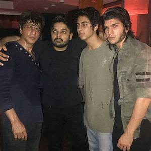 Shah Rukh Khan hangs out with son Aryan Khan and Saif Ali ...