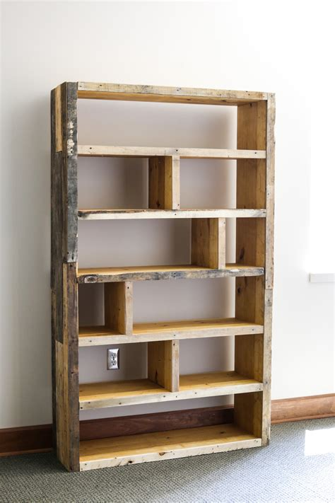 Building Bedroom Shelves by Diy Rustic Pallet Bookshelf