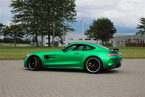 In this video old amg sls gt compare with its new model amg gtr.by watching this video your will easily understand that how new model is different from its. Mercedes-Benz AMG GTR