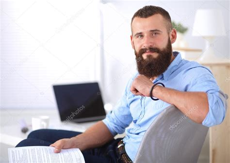 bureau homme d affaire homme d 39 affaires assis sur la chaise de bureau