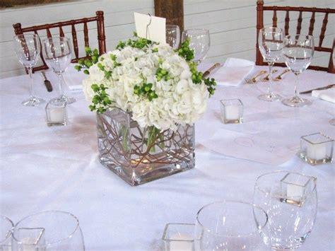 blumenschmuck hochzeit hortensien wei 223 e hortensien mit gr 252 nen blumen sehen sehr frisch aus tischdeko in 2019 hochzeitsdeko