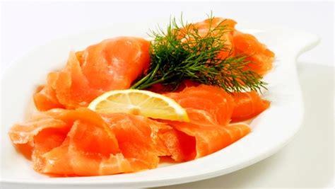 decoration saumon fume pour noel fusillis au saumon fum 233 crevettes et noix de pin grill 233 es