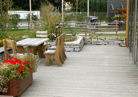 terrasse mit mauer terrasse mit kleiner mauer umrandung als landhausterrasse oder masroum