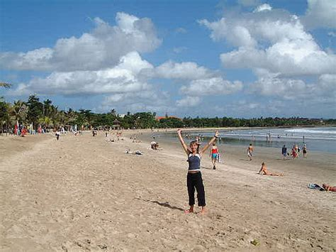 wisatawan  pantai kuta bali tempat wisata foto