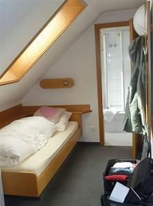 Bett Unter Dachschräge : ein bett unter der dachschr ge mit blick ins bad hotel ~ Lizthompson.info Haus und Dekorationen