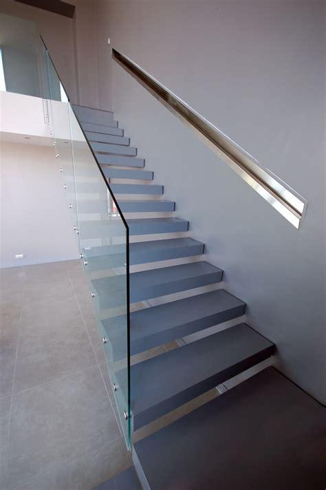 escalier suspendu quart tournant avec garde corps en verre