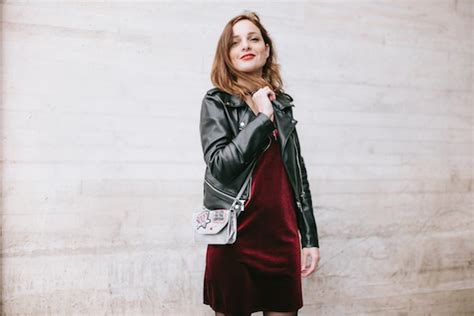 Outfit rockero vestido de terciopelo rojo - Fashion in the Street