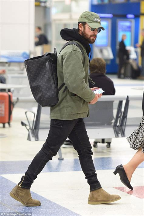 Justin Theroux is all smiles at JFK after canine custody