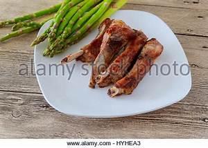 Abendessen Auf Englisch : gebratenes kalbfleisch rippen mit gem se auf einem wei en teller in einem restaurant stockfoto ~ Somuchworld.com Haus und Dekorationen