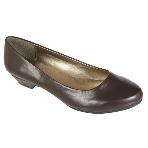 basic editions womens renee wide width pump brown