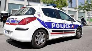 Age Devant Voiture : il chute du 3e tage en voulant cracher sur une voiture de police l 39 express ~ Medecine-chirurgie-esthetiques.com Avis de Voitures