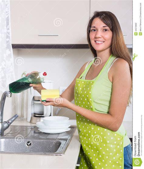 femme plus cuisine vaisselle de cuisine de lavage de femme photo stock