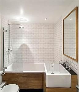 un carrelage metro blanc et du bois dans la salle de bain With salle de bain bois et blanc