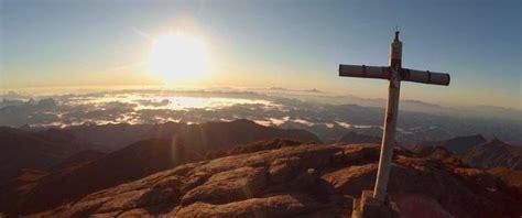 drone filmt adembenemend uitzicht vanaf berg  brazilie