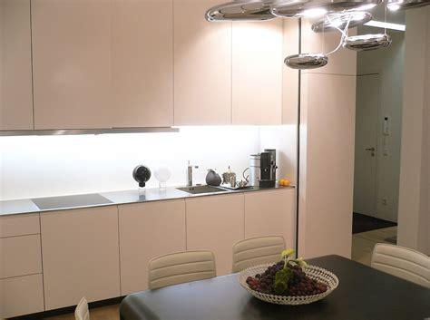 Cremefarbene Küche Mit Lichtobjekt Bauemotionde